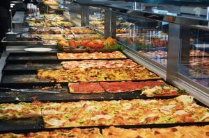 Il nostro nuovo banco con la vasta scelta di cibi tra pizza e tavola calda